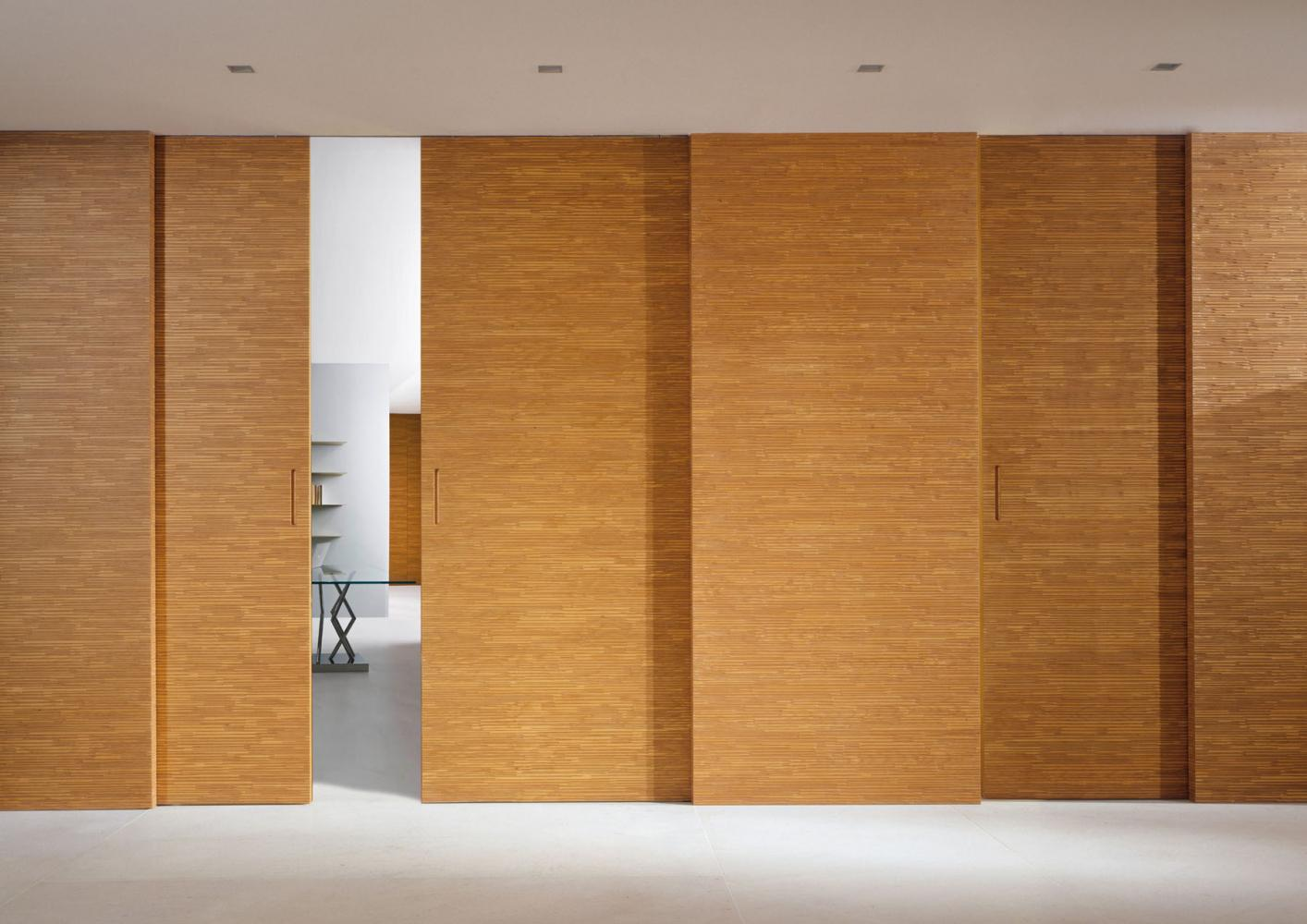 Наиболее популярны раздвижные двери из дерева и стекла.